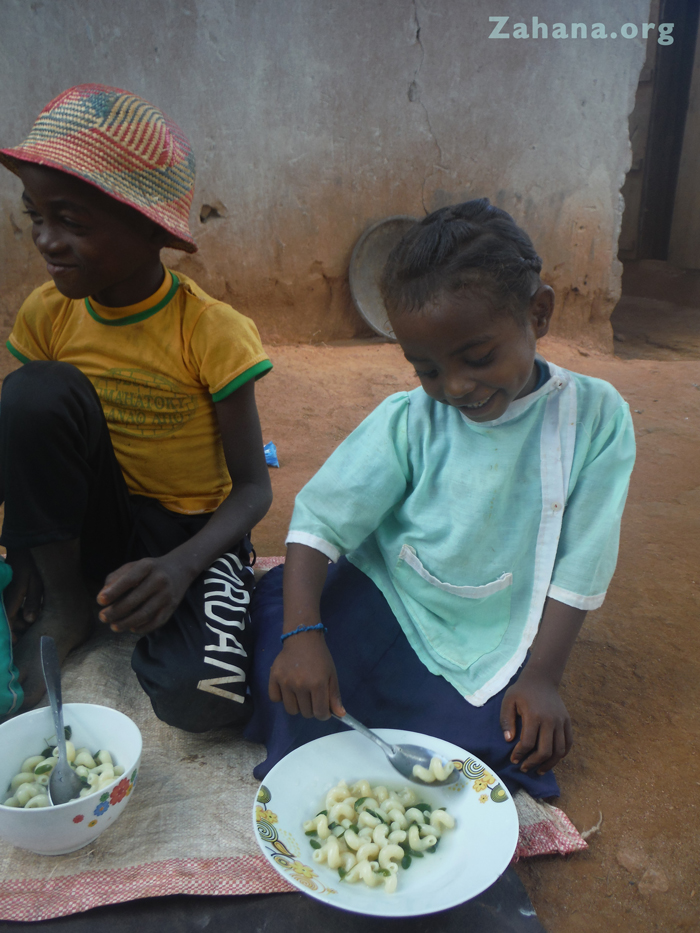 Solar cooked soup with Moringa Oleifera in Madagascar
