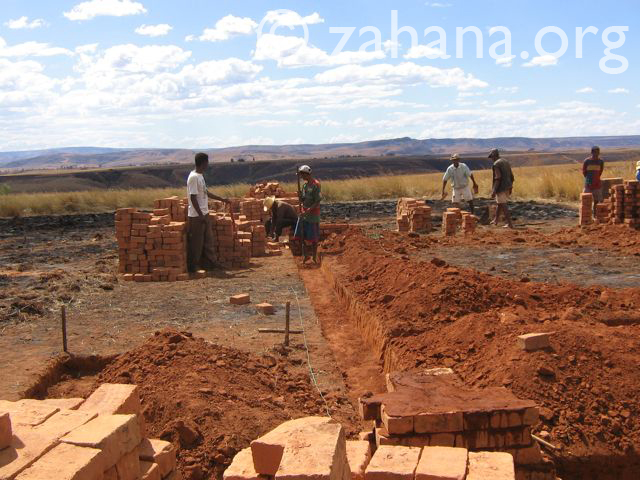 building the school in Fairenana Madagascar - Zahana