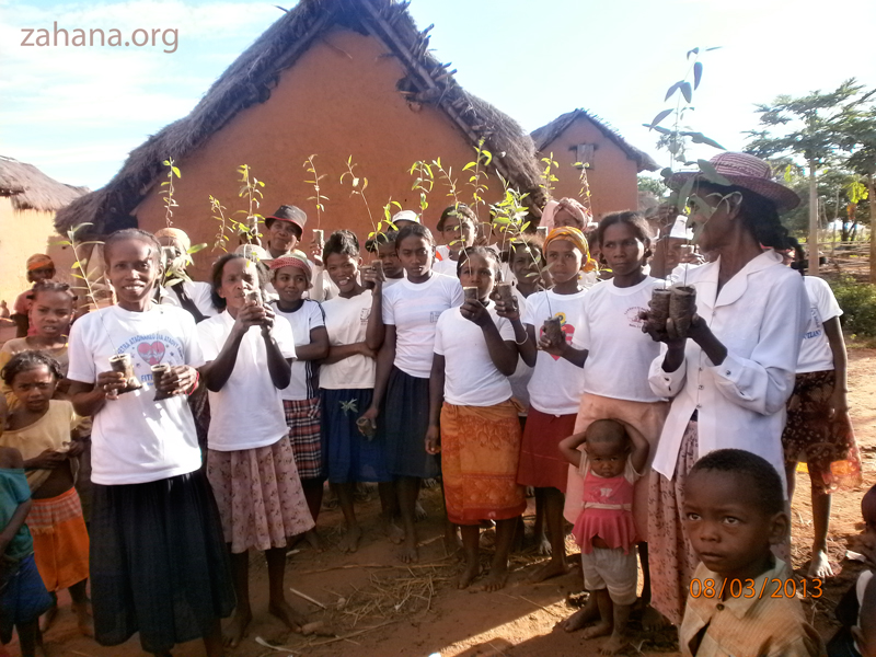 Planting trees ina village in madagascar zahana.org